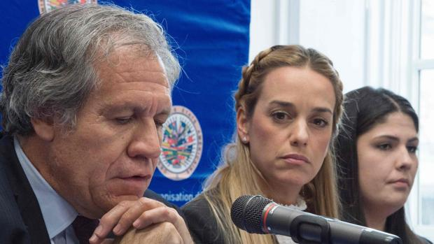 OAS Secretary General Luis Almagro with Venezuelan opposition leader Lilian Tintori in Washington. (AFP)