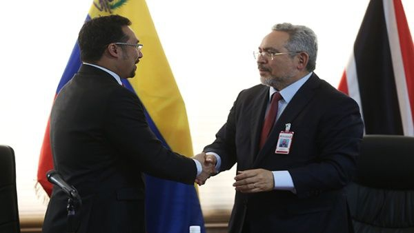 PDVSA President Eulogio Del Pino signs the pipeline deal with National Group Gas on Wednesday. (AVN)