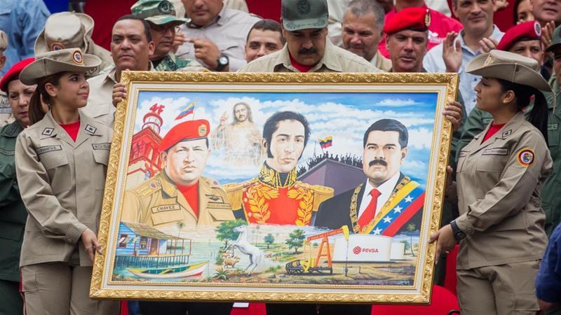 Venezuelan President Nicolas Maduro holds a painting depicting late Venezuelan President Hugo Chavez, Venezuelan liberator Simon Bolivar and himself (Photo: EPA/Miguel Gutierrez)