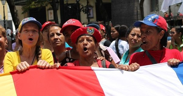 "Venezuelan women chant ""Long live Chavez, the fight continues."" (Reagan Des Vignes/teleSUR)"