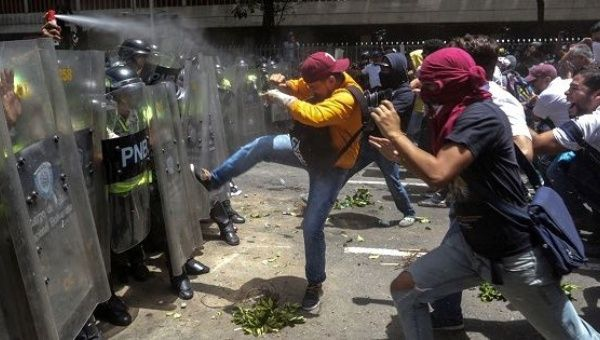 Opposition protesters clash with national police on April 4th. (TeleSur)