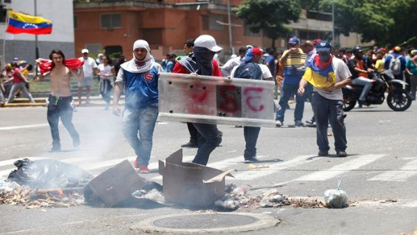 Opposition protesters attack Venezuelan security personnel on Liberator Avenue in Caracas, April 4, 2017. (AVN)