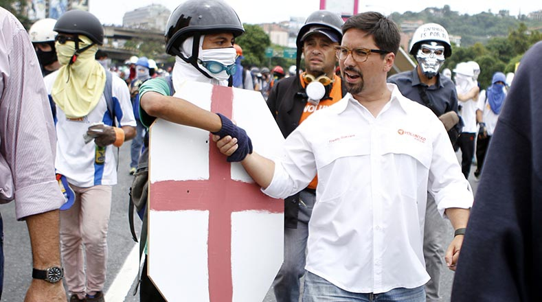 Right-wing legislator Freddy Guevara shakes hands with a protester, shortly before they attacked the National Guard in Caracas. (AVN)