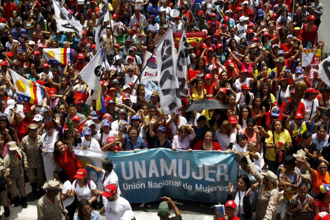 "Thousands of Venezuelan women marched Saturday chanting ""No to violence, yes to peace and to life"" to voice their support for the Bolivarian Revolution. (AVN)"