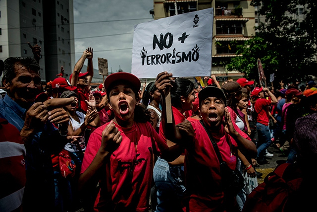 Government supporters shout at opposition protesters in Caracas, Venezuela, April 19, 2017. (Photo: Meridith Kohut / The New York Times)