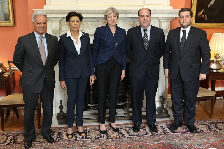 British Prime Minister Theresa May (centre) and Julio Borges (second from right) meet at Downing Street. (Twitter/AlbertoRodriguez)