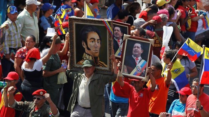 The swearing in of the Constituent Assembly meant the return of the portraits of Bolívar and Chávez to the Legislative Palace. (AVN)