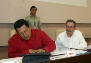 Venezuelan President Hugo Chavez and Cuban leader Raul Castro sign 14 new economic agreements. (Prensa Presidencial)