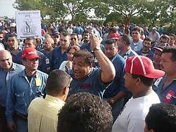 SUTISS leader José Melendez amidst sriking steel workers (Apporea)