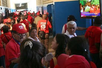 PSUV members lining up to vote (Rafael Navarro, ABN)