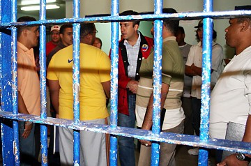 Vice Minister for Justice, Tarek El Aissami meets with inmates in the La Planta prison (Zurimar Campos, ABN)