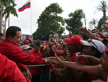 President Chavez celebrating the defeat of the coup with supporters on Sunday (ABN, Prensa Miraflores)