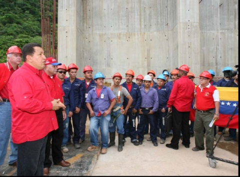 PResident Chavez speaks to workers at the Central Hidroeléctrica de Tocoma, in Bolivar state, to observe advances in the construction of the new dam. (Francisco Batista/Prensa Presidencial)