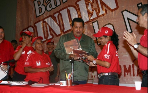 Venezuela president Hugo Chavez delivering credit to communal bank members. (Prensa Presidencial)