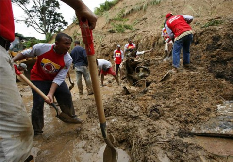 The government and community work together in mudslide affected areas. (EFE)