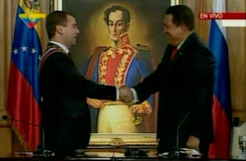 Russian President Dimitri Medvedev (Left) shakes hands with Venezuelan President Hugo Chavez (VTV)