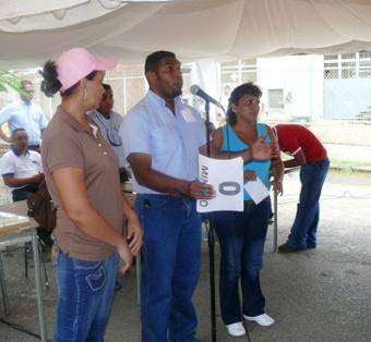 Mitsubishi union leader Felix Martinez with fired workers in June 2008. (CMR-Venezuela)