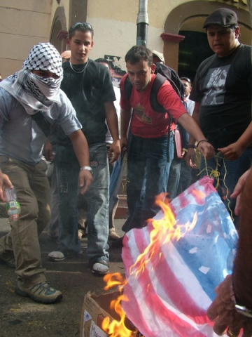 Burning the US flag outside McDonalds as part of the protest in solidarity with Palestine, Merida (Tamara Pearson/venezuelanalysis.com)