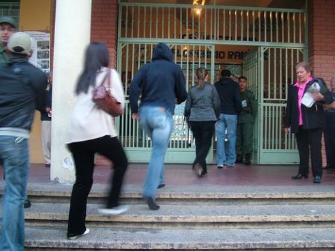 Venezuelans line up to enter their voting center to cast their ballots. (Tamara Pearson/Venezuelanalysis)
