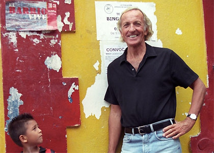 Filmmaker John Pilger in the barrio of La Vega, in Caracas, Venezuela. (Credit: Pablo Navarrete)