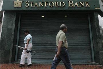 Doors of Stanford Bank Venezuela are closed in Caracas. (EFE/Harold Escalona)