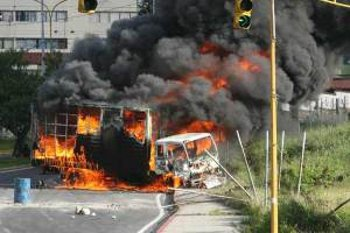 Protestors commandeered and burned a commercial truck in Merida Wednesday (El Nacional)