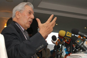 Peruvian author Mario Vargas Llosa at the CEDICE conference in Caracas (El Nacional)