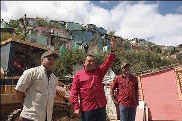 Venezuelan President Hugo Chavez (center) and Public Works & Housing Minister Diosdado Cabello (left) (Prensa Presidencial)