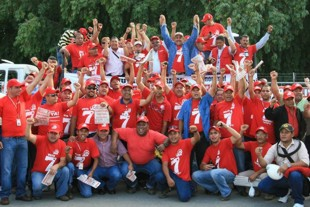 Socialist Worker's Vanguard campaigning at the Puerto La Cruz refinery, Anzoategui (VOS)