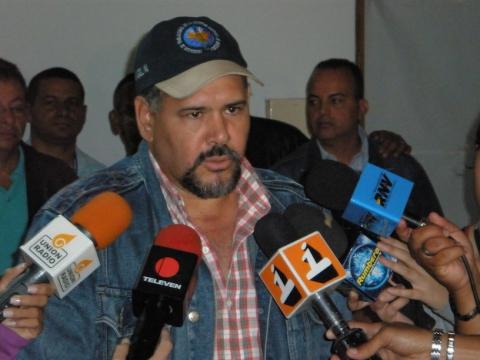 FETRALEC president Angel Navas talking to the press on Friday (Federico Fuentes)