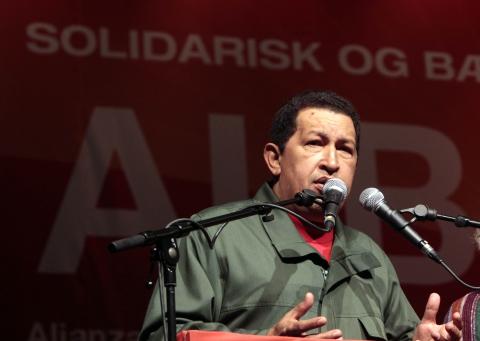 President Hugo Chavez speaks to social movement leaders in Copenhagen on Thursday (YVKE)