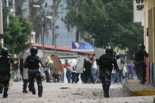 Police and protestors clash in Merida on Monday (Diario la Frontera)