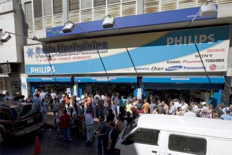 Venezuelan shoppers overflow from an electronics store in Caracas (Aporrea)