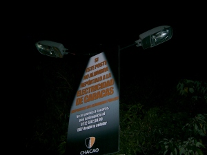 Caracas streetlamp inviting citizens to report malfunctions may soon invite them to purchase a flashlight, instead. (Belén Fernández)