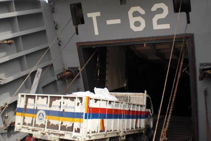 Aid being loaded onto a Venezuelan naval ship (MPPRE)