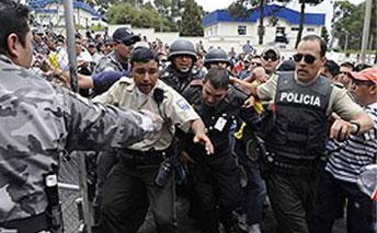Police attacking international press yesterday in Ecuador (Patria Grande)