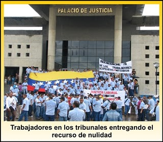 Workers handing in the appeal for dismissal of the case (Aporrea)