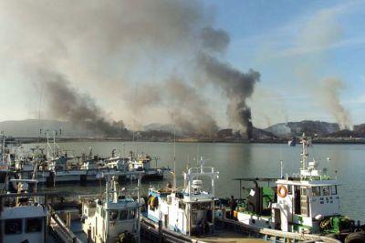 Tuesday's artillery fire left fires burning on a South Korean island (EFE)