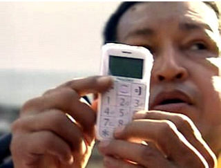 Chavez with the cell phone designed for blind people (MCTI).