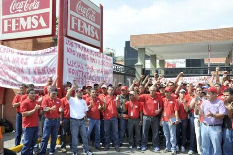 Striking Venezuelan workers outside the Coca-Cola Femsa plant (Orlando Nader).