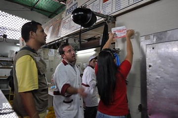 Indepabis workers during an operation in Caracas to identify which shops aren't complying with the regulated prices (YVKE).