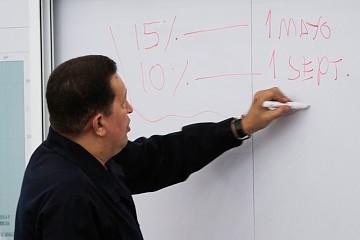 President Chavez explaining the wage increases last night (Prensa Miraflores)
