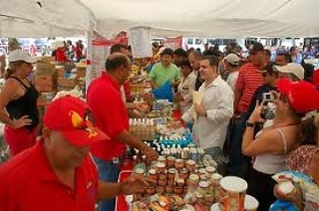 Mercal. Venezuelan citizens shop in one of Venezuela's state subsidised food stores (YVKE)