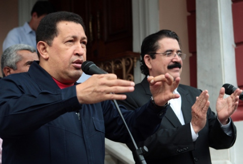 President Chavez and ex-President Manuel Zelaya of Honduras met in Venezuela's presidential palace of Miraflores on Saturday (photo: www.chavez.org.ve)