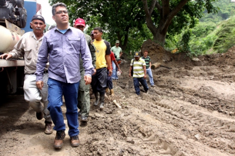 Vice President Elias Jaua visits the Ochoa sector of the old Caracas-Guarenas highway (ABN)
