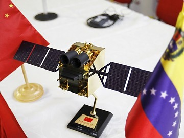 A model of the satellite, at the signing of the agreement with China (AVN).