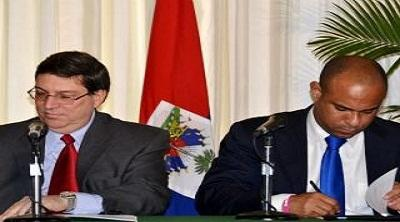 The Foreign ministers of Cuba and Haiti, Bruno Rodriguez (left) and Laurent Lamothe, during the signing of agreements 16 March 2012 (YVKE Mundial).