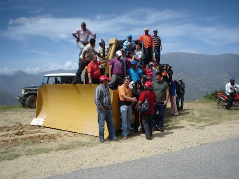 Los Nevados community with their new tractor (Omar Sánchez Castillo)