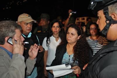 Prisons Minister Iris Valera (centre) helped negotiate a peaceful resolution to the armed standoff on Thursday night (Prensa MPPSP).