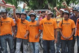 Up to 3.7 millions independent workers such as moto-taxi drivers (pictured) can now benefit from social security (Abrebrecha)